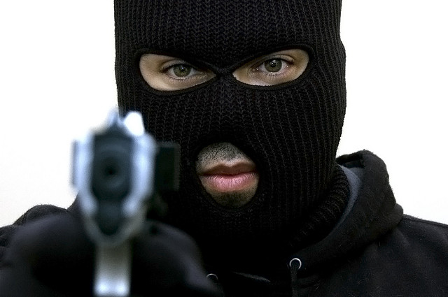 Robbers attack credit union, injure one person 4