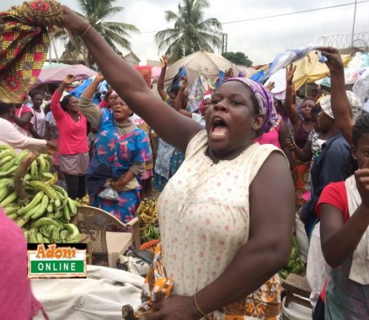 Market women cheer gospel singer on at Tema Community 1 market | Photo by Dennis K. Adu/Adomonline.com/Ghana