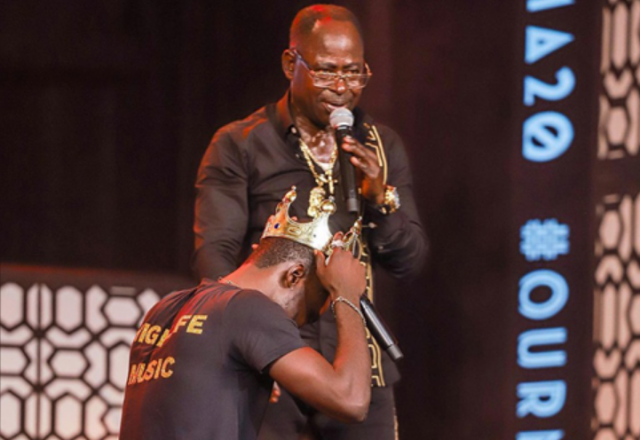 Amakye Dede crowns Kuami Eugene at the VGMA 2019 / Photo by: Rob Photography