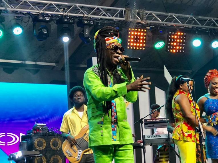 Video: Kojo Antwi stops show to correct fans at 2019 Ghana