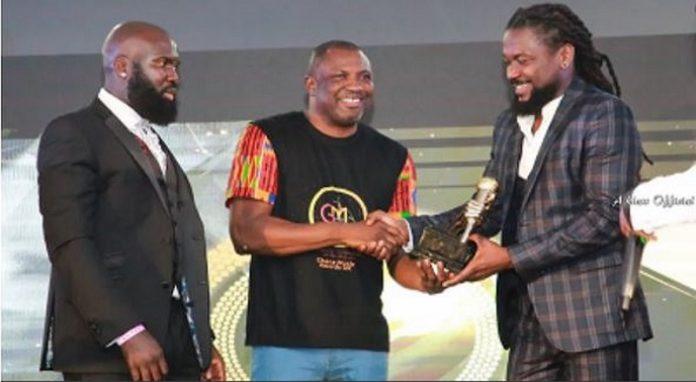 Samini receiving his award