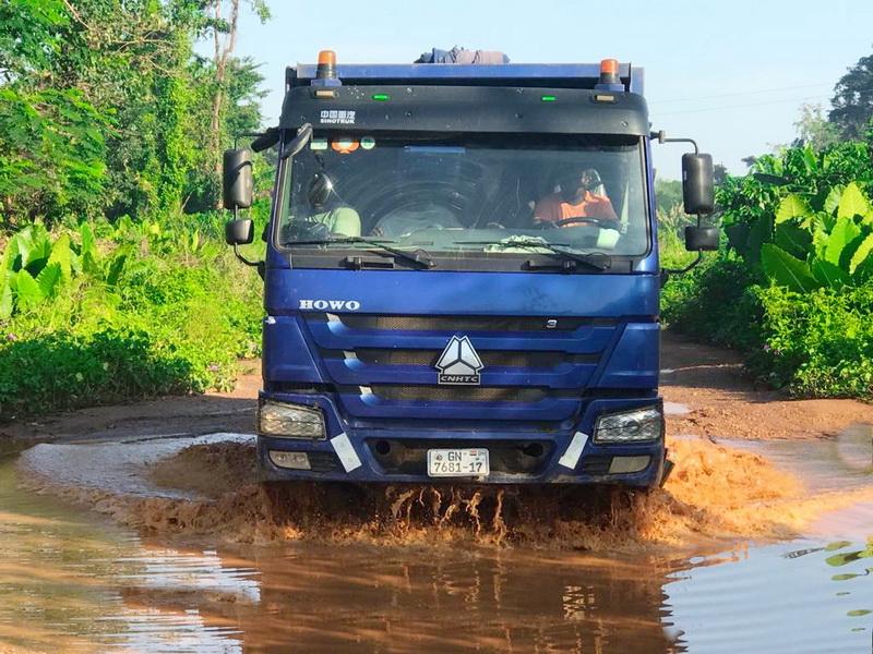 Truck driver drives through muddy pool at Satrokofi