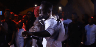 Sarkodie hugs Bosom Pyung at a concert in Ghana in 2019