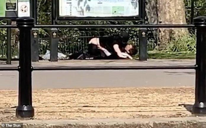 Couple having sex yards from Buckingham Palace