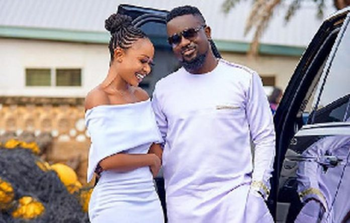 Akuapem Poloo in a photo with Sarkodie