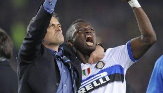 Muntari celebrates with Jose Mourinho