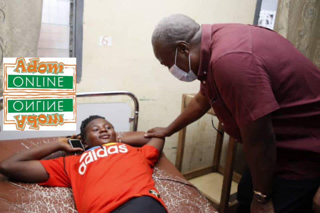 This image has an empty alt attribute; its file name is Mahama-visits-Ejura-accident-victims-1024x683.jpg