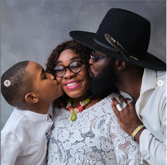 M.anifest kisses mother in family photo