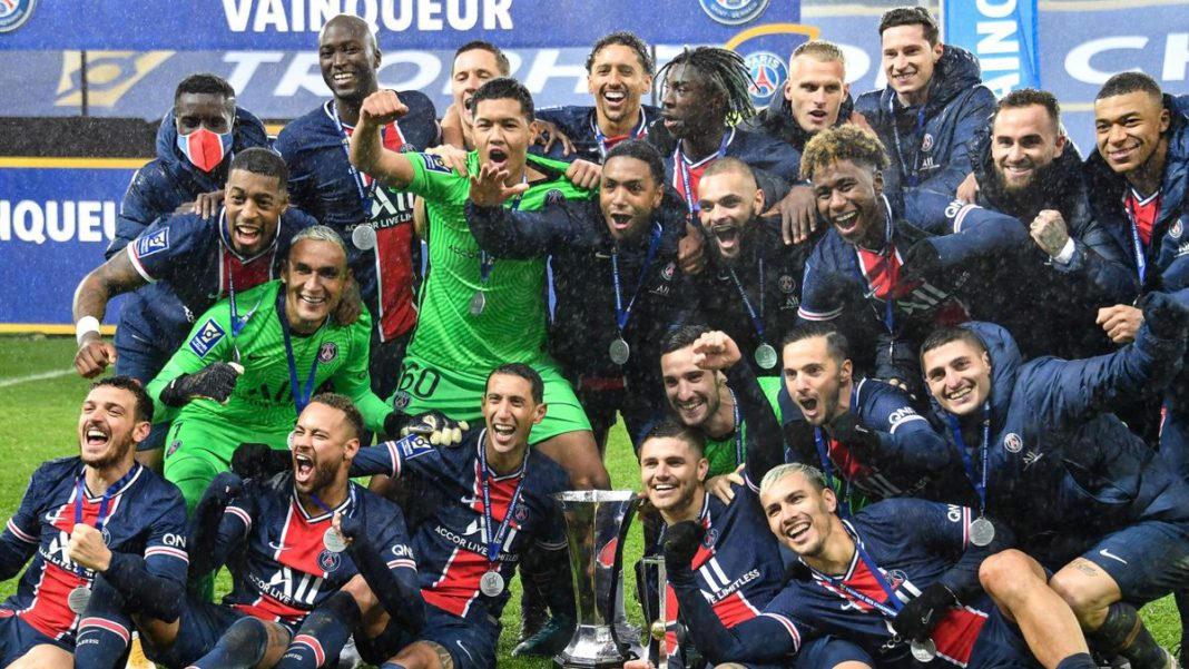Paris Saint-Germain's players celebrates with the trophy after winning the French Champions Trophy (Trophee des Champions) football match between Paris Saint-Germain (PSG) and Marseille (OM) at the Bollaert-Delelis Stadium Image credit: Getty Images