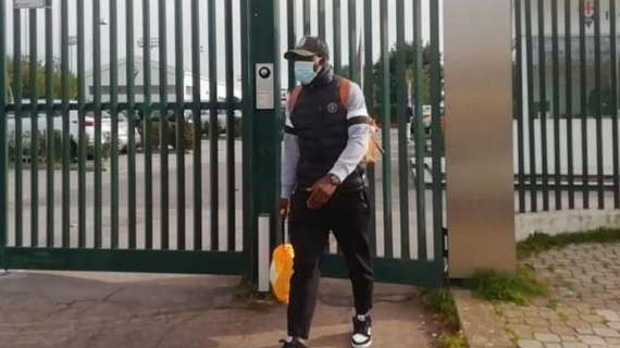 Alfred Duncan leaving the training grounds of Fiorentina