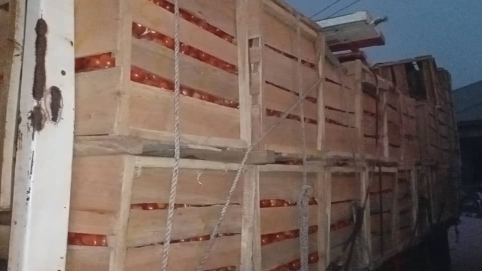 Angry Kintampo traders seize 10 trucks of imported tomatoes 3
