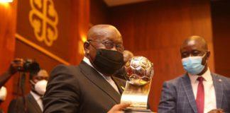 President Akufo Addo with U-20 Afcon trophy