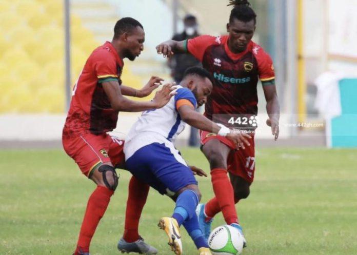 Gladson Awako closed down by Asante Kotoko players
