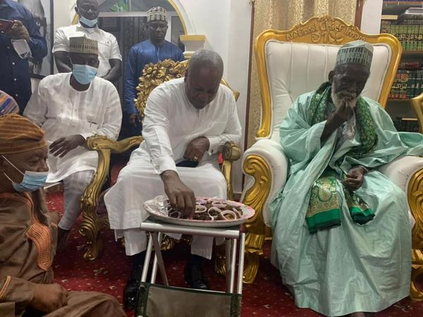 Massive reactions as Mahama dines with Chief Imam (Photos). 51